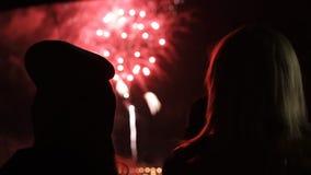Los amigos de las mujeres jovenes están mirando los fuegos artificiales Tiro de la cámara lenta almacen de metraje de vídeo