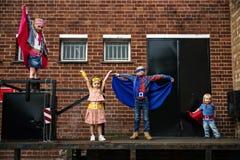 Los amigos de los niños de los super héroes hacen frente a concepto adorable Imagenes de archivo