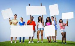 Los amigos del grupo al aire libre llenan de carteles la expresión que anima a Team Concept Foto de archivo