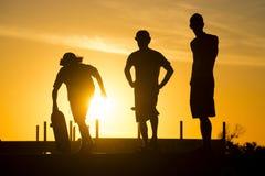 Los amigos del patinador en el patín parquean el día de verano Imagen de archivo libre de regalías