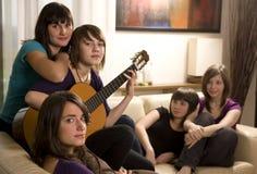 Los amigos disfrutan de música Foto de archivo libre de regalías