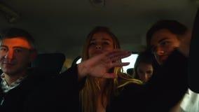 Los amigos divertidos bailan y cantan como loco en la conducción de automóviles grande a las vacaciones chipre almacen de video