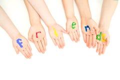 Los amigos embroman las palmas de las manos en muestra colorida de la pintura Imagen de archivo libre de regalías