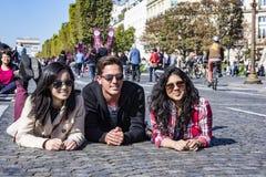 Los amigos en Champs-Elysees en el coche de París liberan día