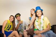 Los amigos están en un partido Celebración del Carnaval brasileño Reve Fotografía de archivo