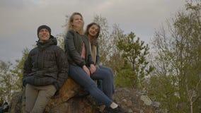 Los amigos están mirando en la puesta del sol en el bosque metrajes
