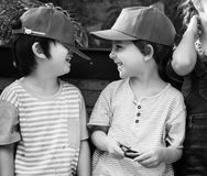 Los amigos están sonriendo el uno al otro imagen de archivo