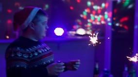 Los amigos están viendo la TV por el Año Nuevo almacen de metraje de vídeo