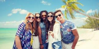 Los amigos felices del hippie con el selfie se pegan en la playa Fotografía de archivo