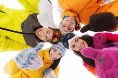 Los amigos felices en invierno visten al aire libre Fotos de archivo