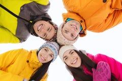 Los amigos felices en invierno visten al aire libre Imágenes de archivo libres de regalías
