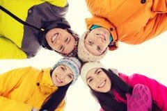 Los amigos felices en invierno visten al aire libre Fotografía de archivo