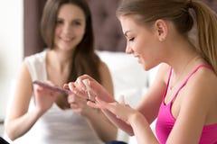 Los amigos femeninos manicure procedimientos en casa Imagenes de archivo