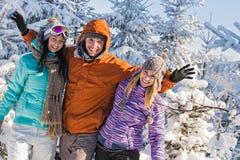 Los amigos gozan de las montañas de la nieve de la rotura de vacaciones de invierno Foto de archivo libre de regalías