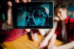Los amigos hacen el selfie en un café Dos muchachos y dos muchachas hacen el selfie en café imágenes de archivo libres de regalías