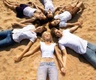 Los amigos jovenes del grupo que gozan de una playa van de fiesta el vacaciones Gente h Imagen de archivo