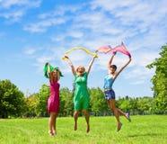 Los amigos que saltan al aire libre Imágenes de archivo libres de regalías