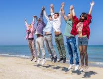 Los amigos que saltan al aire libre Imagen de archivo
