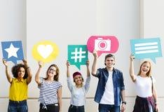 Los amigos que soportan pensamiento burbujean con medios ico social del concepto Fotografía de archivo