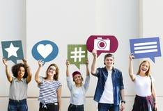 Los amigos que soportan pensamiento burbujean con medios ico social del concepto Fotos de archivo
