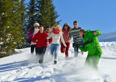 Los amigos se divierten en el invierno en nieve fresca Fotos de archivo libres de regalías