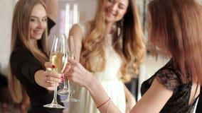 Los amigos sonrientes con los vidrios de baile del champán en la soltera van de fiesta almacen de metraje de vídeo