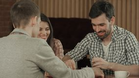 Los amigos tienen un resto en un café y juegan a un ajedrez Fotos de archivo libres de regalías