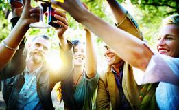 Los amigos van de fiesta al aire libre concepto de la felicidad de la celebración fotos de archivo