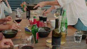 Los amigos y la familia cenan en terraza almacen de metraje de vídeo