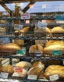 Los amores cocidos frescos del pan en una panadería almacenan el estante Imágenes de archivo libres de regalías