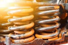 Los amortiguadores de choque de acero enormes de la primavera se ennegrecen y cierre oxidado para arriba Imagenes de archivo