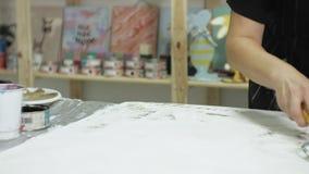 Los amos en el estudio del arte procesan la madera con la pintura y la masilla, alcanza el efecto del envejecimiento metrajes