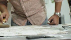 Los amos en el estudio del arte procesan la madera con la pintura y la masilla, alcanza el efecto del envejecimiento almacen de video
