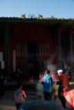 Los ancianos chinos queman incienso y ruegan para la buena fortuna. Foto de archivo libre de regalías