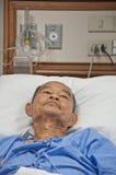 Los ancianos patien en el hospital puesto en la cama Imágenes de archivo libres de regalías