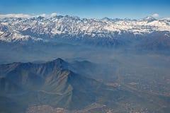 Los Andes y Santiago con la niebla con humo, Chile Fotografía de archivo