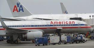 LOS ANGELES - AUG. 23: flera American Airlines hyvlar parkerat på SLAPPT Arkivbilder