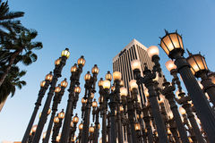 LOS ANGELES CA - April 25, 2016: 'Är stads- ljus' en storskalig monteringskulptur av Chris Burden på LACMAEN Arkivfoton