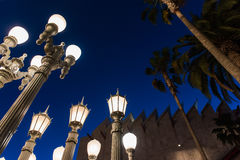 LOS ANGELES CA - April 25, 2016: 'Är stads- ljus' en storskalig monteringskulptur av Chris Burden på LACMAEN Arkivbild