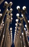 LOS ANGELES CA - April 25, 2016: 'Är stads- ljus' en storskalig monteringskulptur av Chris Burden på LACMAEN Royaltyfri Foto