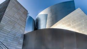 Los Angeles, CA, EUA - 25 de agosto de 2014: Concepção arquitetónica moderna do ` s de Frank Gehry de Walt Disney Concert Center foto de stock