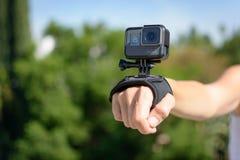 LOS ANGELES, CA - 4. November: Frau, die ein Schwarzes GoPro HERO5 auf Handgelenk-Bügel am 4. November 2016 trägt Lizenzfreie Stockbilder