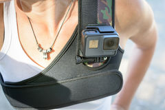 LOS ANGELES, CA - 4 novembre: Il nero di GoPro HERO5 su un petto sfrutta il 4 novembre 2016 Immagine Stock