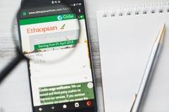 Los Angeles, Califórnia, EUA - 3 de abril de 2019: Homepage oficial do Web site de Ethiopian Airlines sob a lupa Conceito imagens de stock royalty free