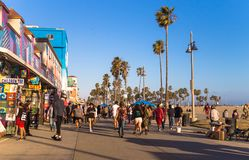 Los Angeles, Califórnia/EUA - 12 de junho de 2017: Divertimento na praia de Veneza Distrito do turista de Los Angeles fotografia de stock