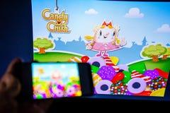 Los Angeles, Californië, de V.S. - 21 Februari 2019: Handen die een smartphone met CANDY CRUSH SAGA-spel houden tegen het grote s royalty-vrije stock foto's