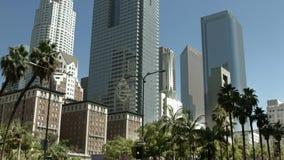 LOS ANGELES, CALIFORNIË, DE V.S. - 31 MEI, 2014: De bussen kruisen de straat de stad in in Los Angeles op 31 Mei, 4K, UHD, Zwarte stock videobeelden
