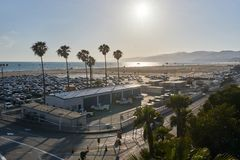 Los Angeles/Californië, de V.S. - 21 Mei, 2015: Santa Monica-strandmening van de pijler tijdens zonsondergang royalty-vrije stock foto