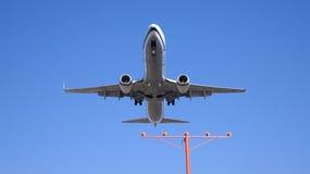 LOS ANGELES, CALIFORNIË, de V.S. - OCT negende, 2014: Alaska Airlines Boeing 737-900ER getoond kort voor het landen bij La stock fotografie