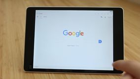 LOS ANGELES, CALIFORNIË - JUNI 3, 2019: Sluit mensenhanden aan tablet uitputten Google-onderzoek De mens gebruikt Google-Webhulpm stock videobeelden